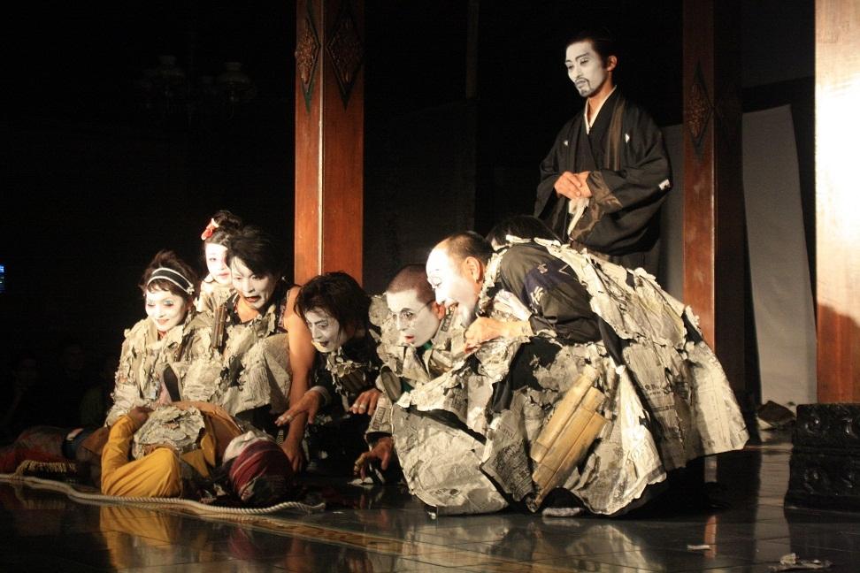 drama musikal termasuk ke dalam jenis drama modern dimana menceritakan